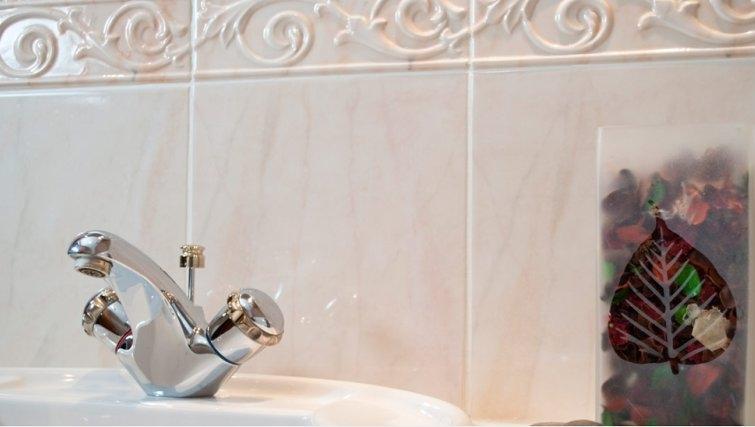Pristine bathroom in Royal Mile Apartments
