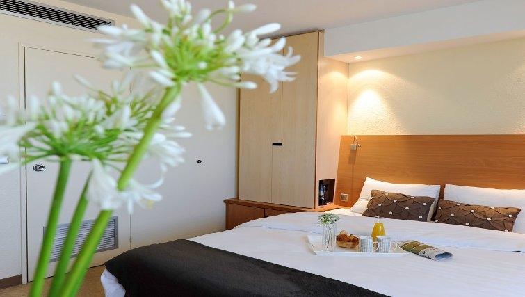Simplistic bedroom in Adagio Toulouse Centre Ramblas