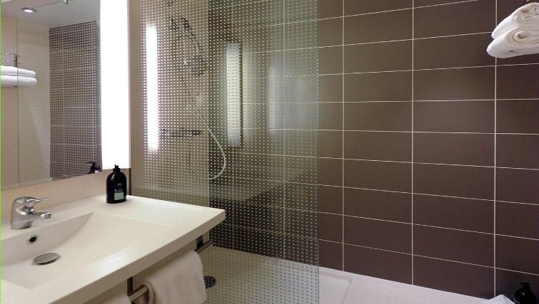 Modern bathroom in Adagio Toulouse Centre Ramblas