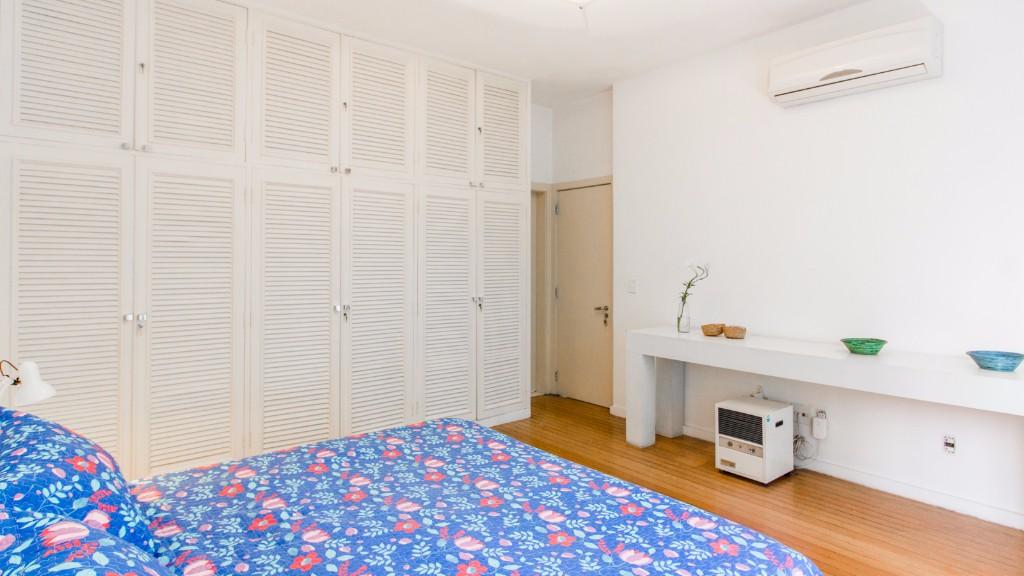 Bright bedroom at Zen Tone Apartment, Praia Do Leme, Rio de Janeiro