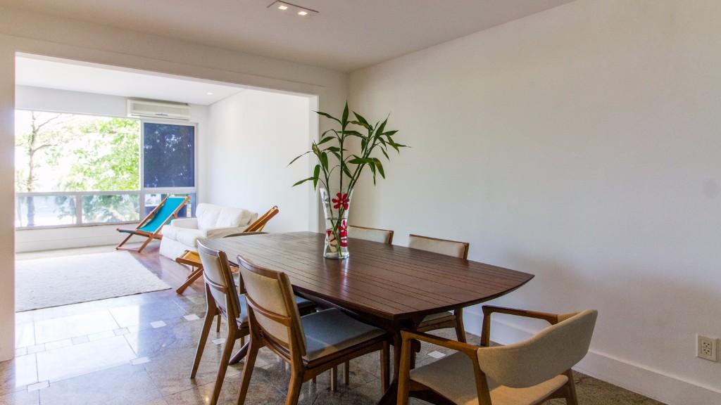 Dining at Zen Tone Apartment, Praia Do Leme, Rio de Janeiro