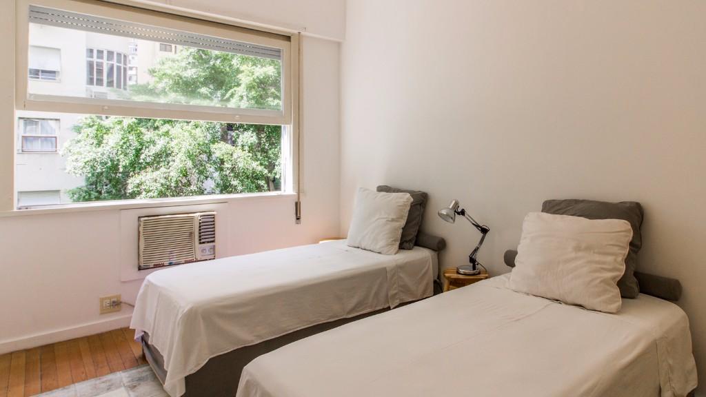 White beds at Zen Tone Apartment, Praia Do Leme, Rio de Janeiro