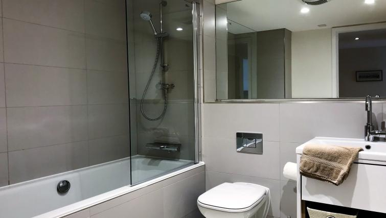 Modern bathroom at Tolbooth Apartments