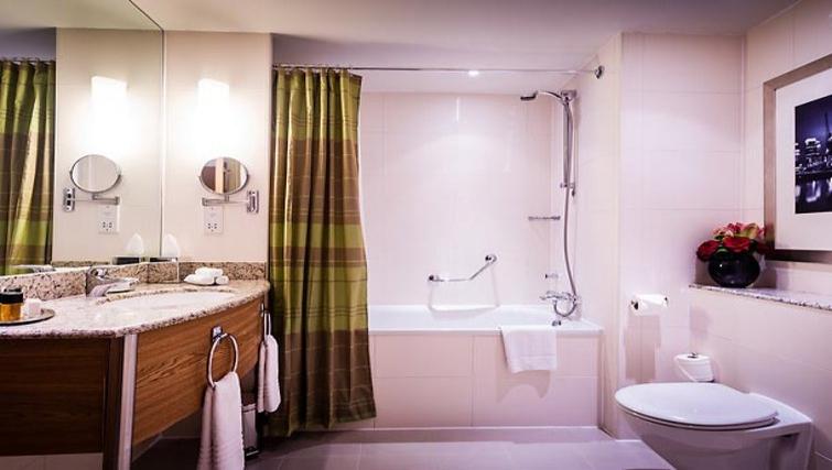 Modern bathroom in Marriott Executive Apartments Canary Wharf