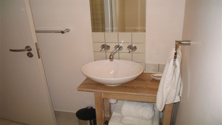 Stylish bathroom in 254 West Road South Apartments