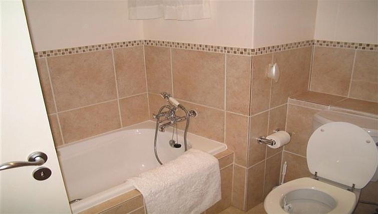 Classic bathroom in 77 Grayston Apartments