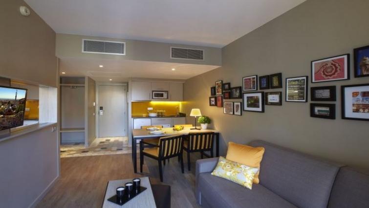 Dining area in Citadines Ramblas Apartments