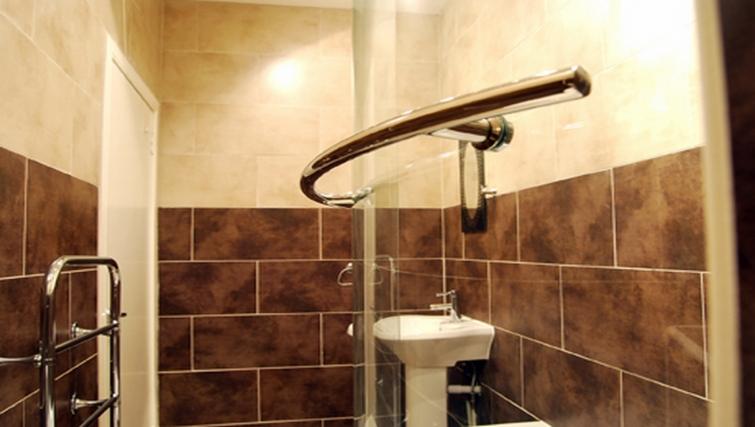 Pristine bathroom in Stay Edinburgh City Apartments