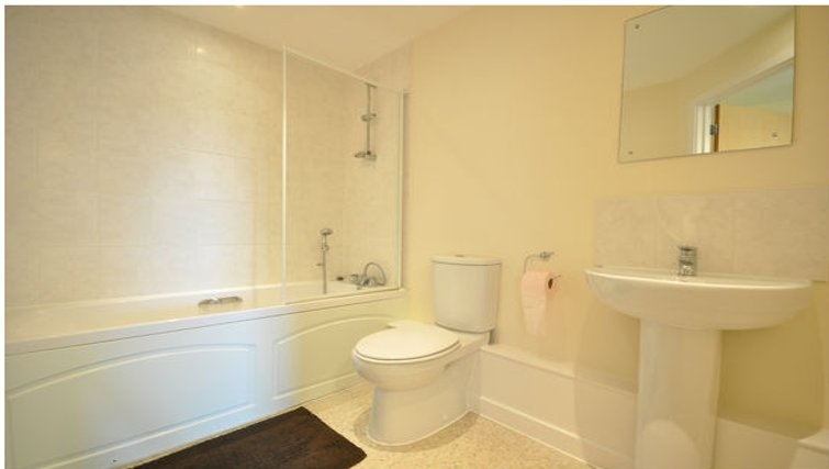 Pristine bathroom in Lower Road Apartments