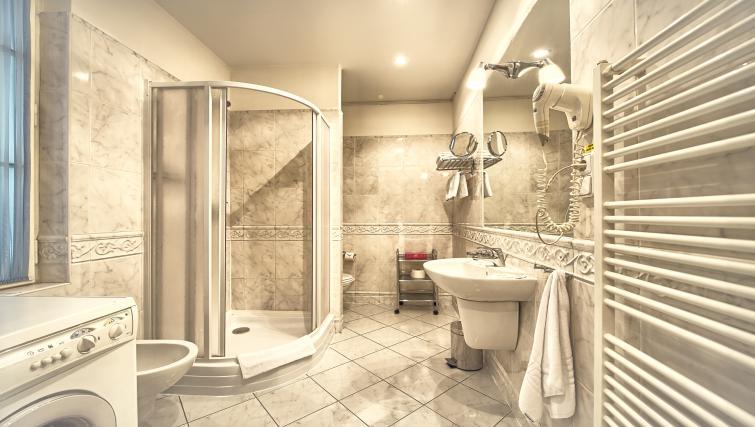 Spacious bathroom at Residence Masna Apartments
