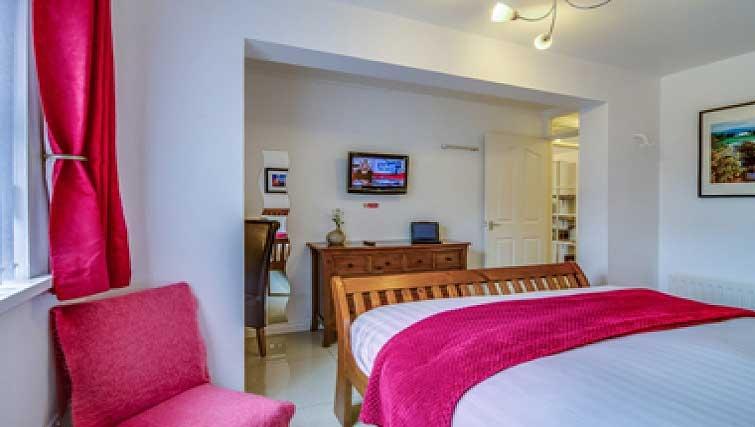 Warm bedroom in Belfast Apartment