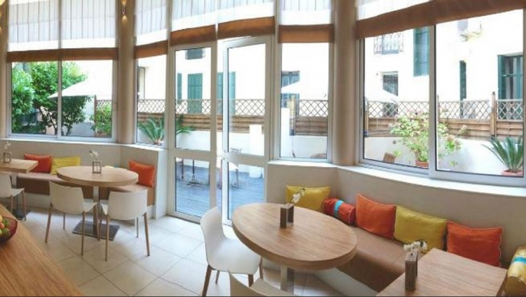 Dining area in Citadines Cannes Carnot Apartments