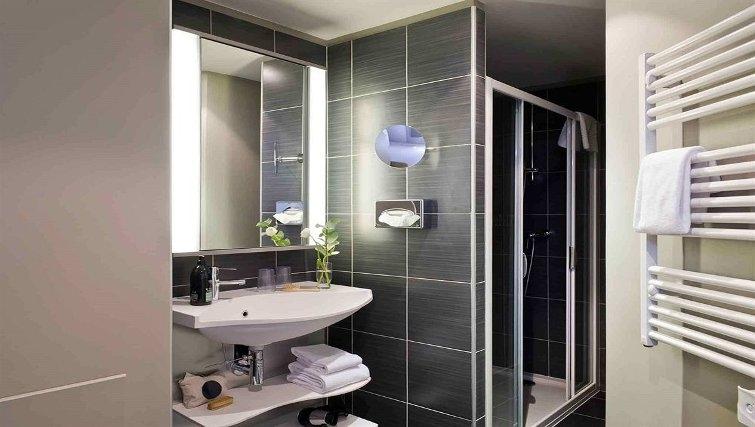Elegant bathroom in Adagio Caen Centre