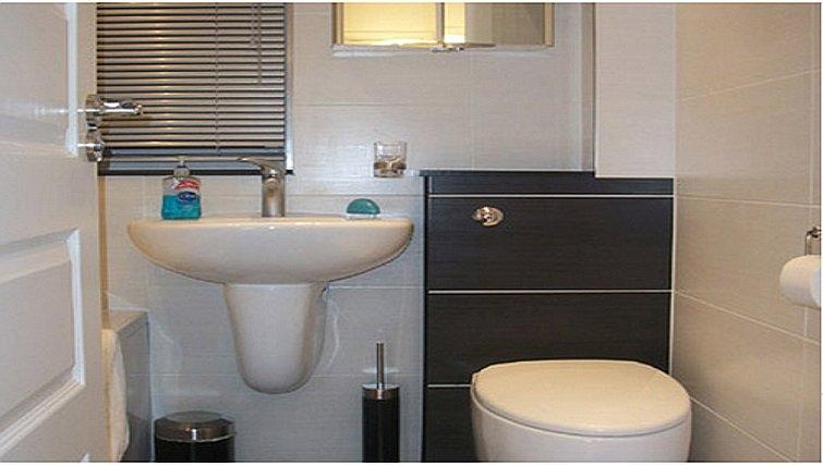 Pristine bathroom in Salisbury Court Apartment
