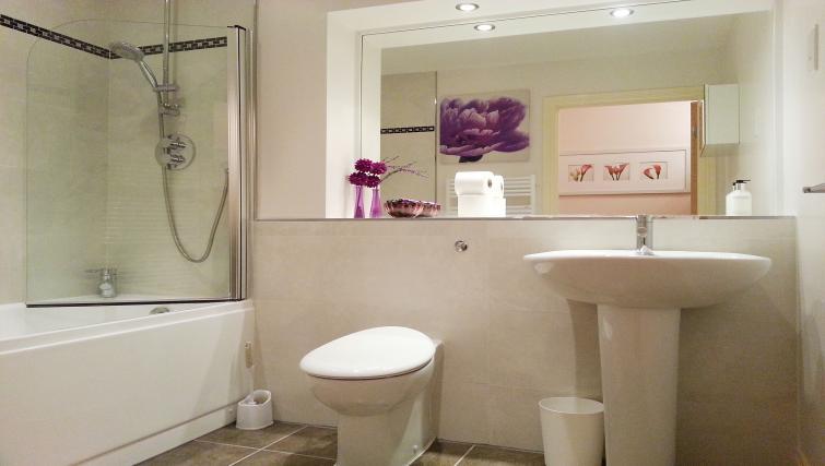 Modern bathroom at Freemens Meadow Apartments
