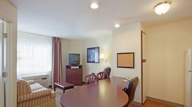 Living area in Candlewood Suites Boston Burlington