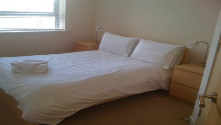 Bright bedroom in Wilmington Close Watford Apartments