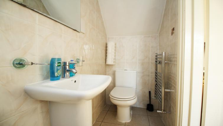 Pristine bathroom in Hillbrook Road Apartments