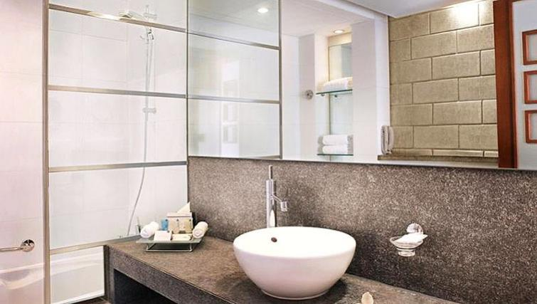 Modern bathroom at Villa Rotana Suites