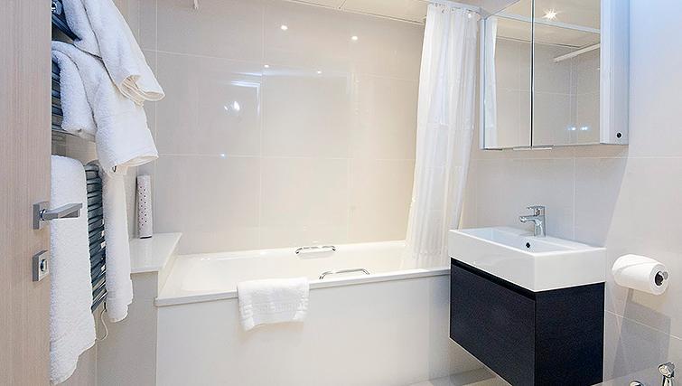 Pristine bathroom in Claverley Court Apartments