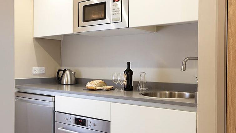 Modern kitchen in Residence Inn Edinburgh