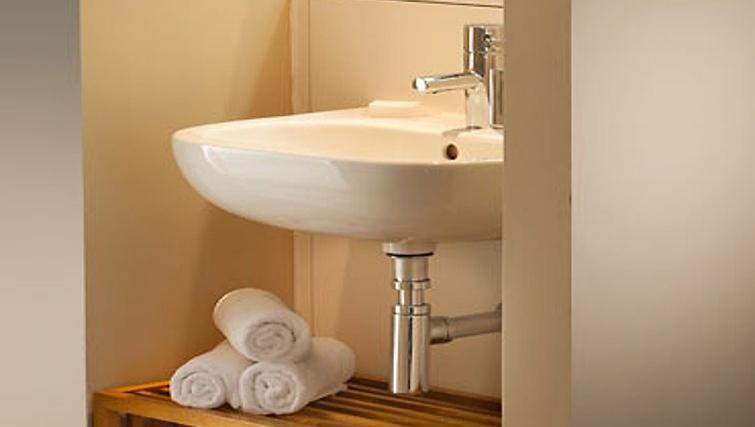 Modern bathroom in Residence Inn Edinburgh