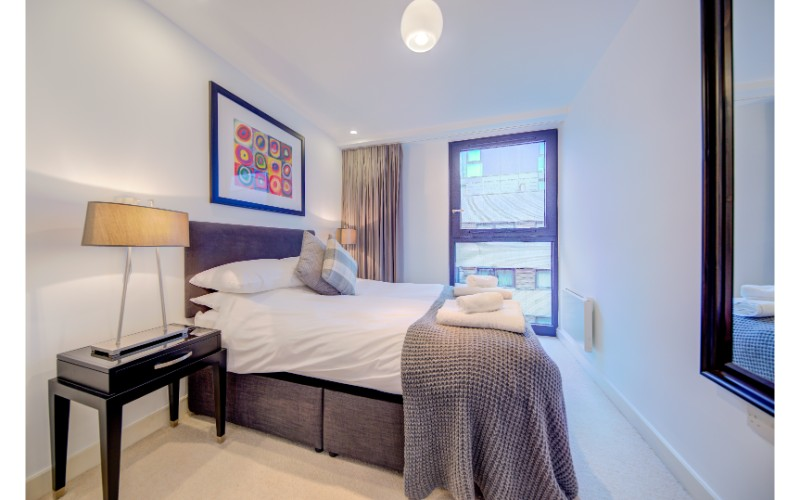 Modern bedroom at Finzels Reach Apartments