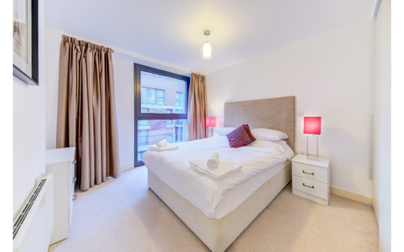 Large bed at Finzels Reach Apartments