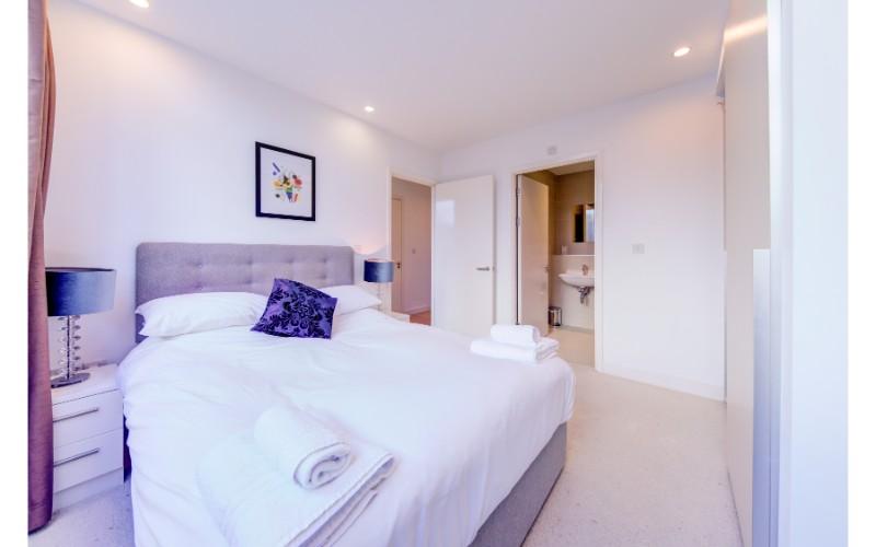 Grand bedroom at Finzels Reach Apartments