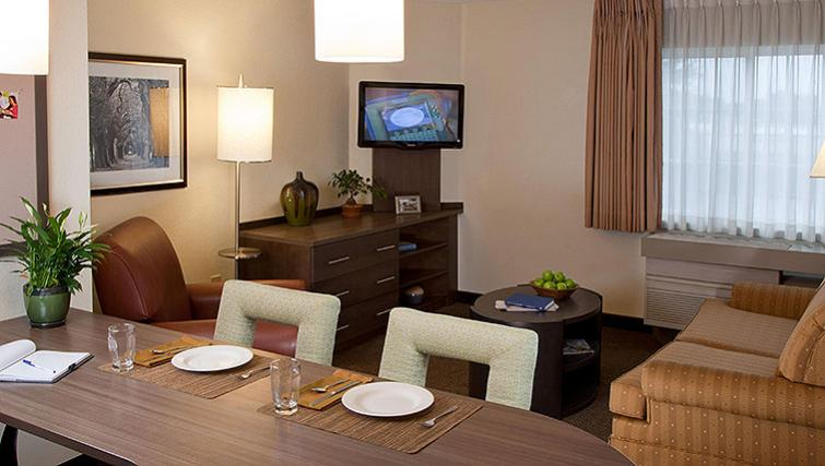 Dining in Candlewood Suites Boston Braintree