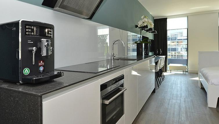 Compact kitchenette in World Fashion Apartments - Utrecht