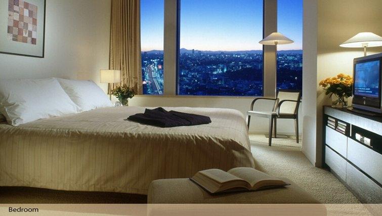 Spacious bedroom in Oakwood Residence Roppongi T-Cube Tokyo