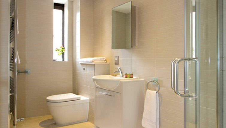 Spacious bathroom in SACO St Pauls - Red Lion Court