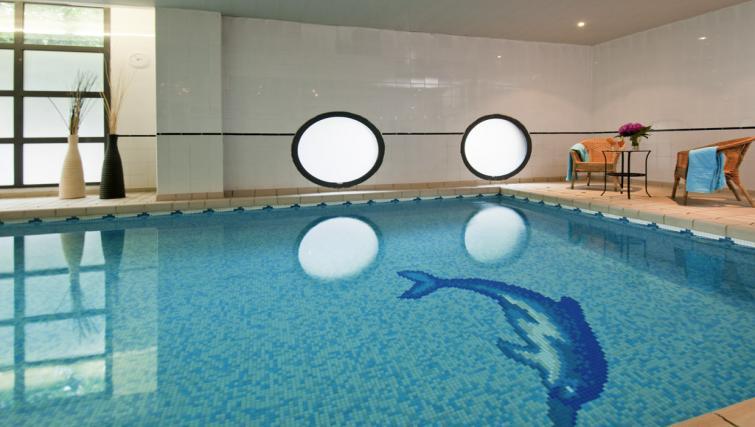 Swimming pool at Adagio Access La Defense Leonard de Vinci