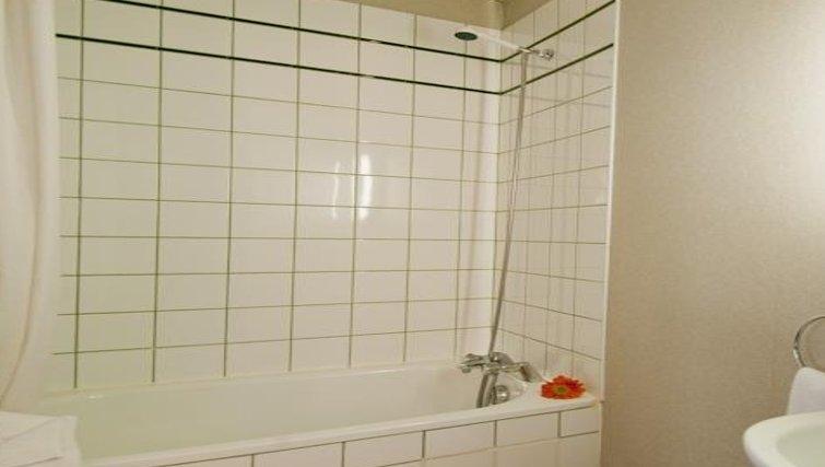 Bright bathroom in Adagio Access La Defense Place Charras