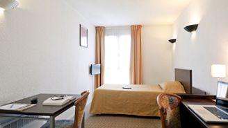 Spacious bedroom area at Adagio Access La Defense Place Charras