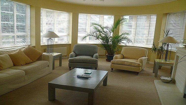 Bright living area in Moor Court Apartment
