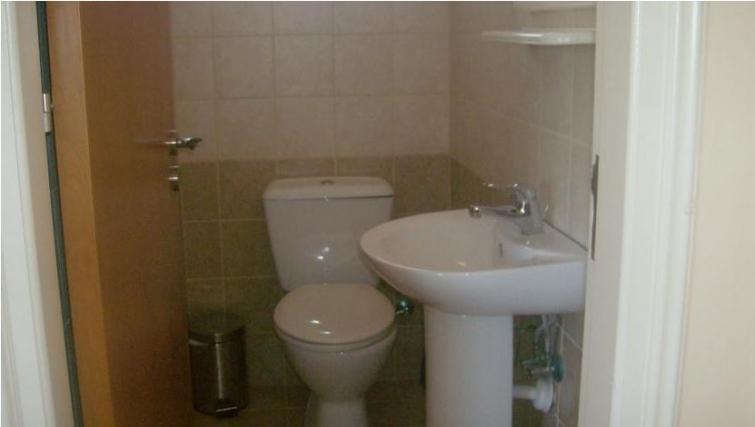Modest bathroom in Kamilostrata Apartment