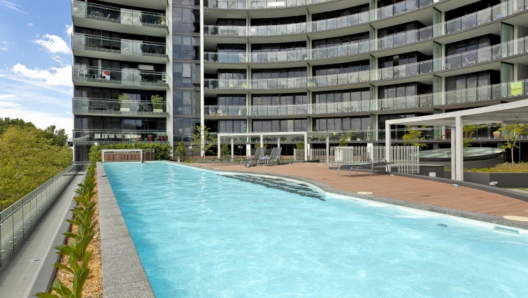 Well kept pool at Astra Apartments Canberra Manhattan