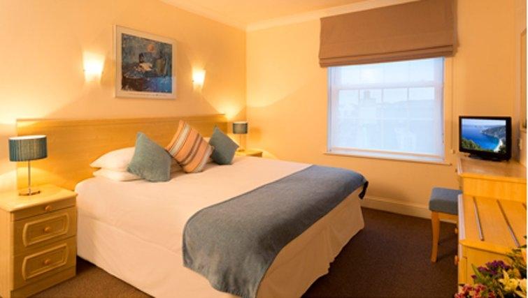 Bright bedroom in SACO Jersey - Merlin House