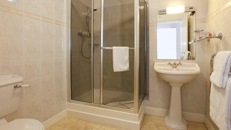 Pristine bathroom in SACO Jersey - Merlin House
