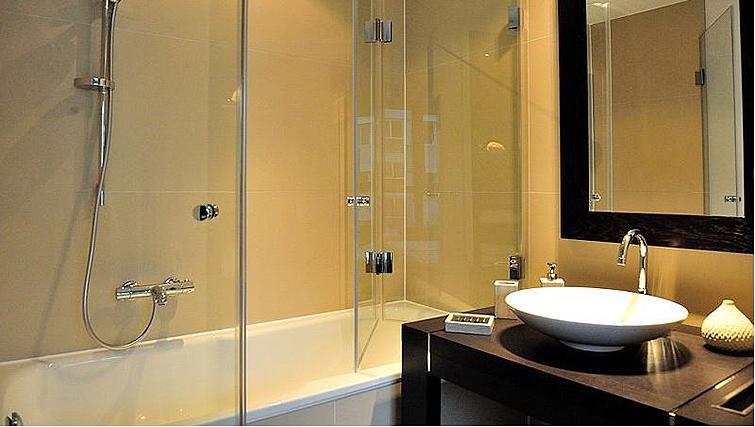 Bright bathroom in Goodmans Living Apartments