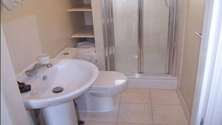 Ideal bathroom in 6 Paragon House Apartments