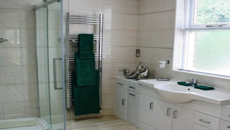 Ideal bathroom in Holly House Apartments