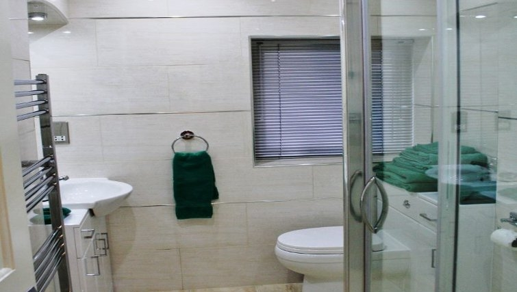 Pristine bathroom in Holly House Apartments
