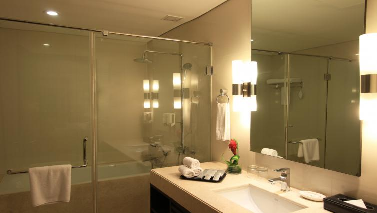 En suite bathroom at Somerset Greenways Apartments