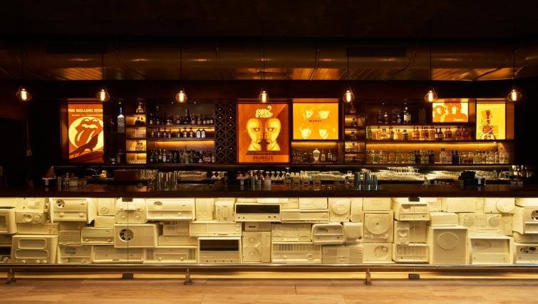 Bar area at Somerset Greenways Apartments