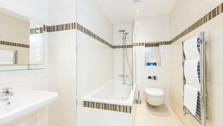 Bright bathroom in Teddington Lodge Apartments