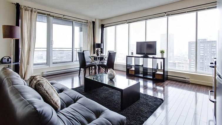 Living/dining area at Le 400 Sherbrooke Ouest Apartments