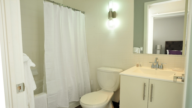 Ideal bathroom in 120 Homewood Apartments